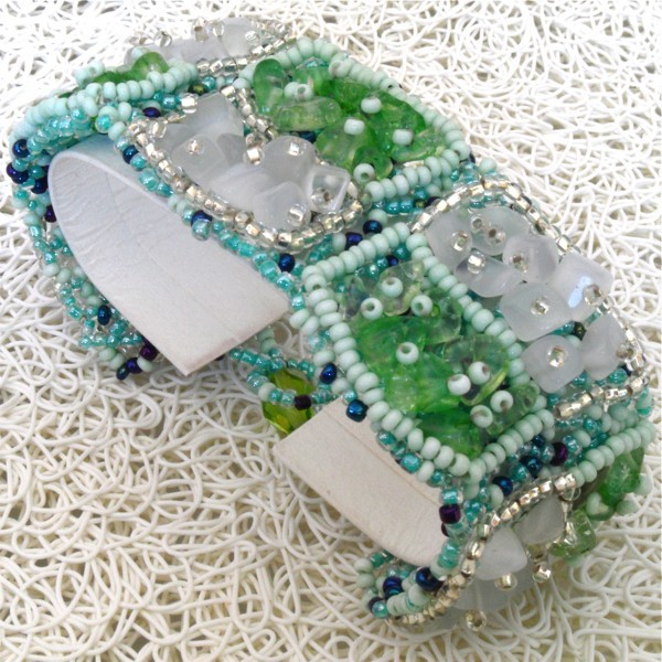 bracelet en pierres de rocaille et perles carr vert blanc boutikweb. Black Bedroom Furniture Sets. Home Design Ideas