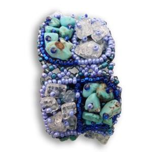Bracelet en pierres de rocaille et perles turquoise, bleu & blanc